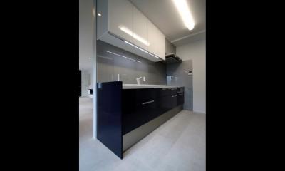 窓からの明るい光がLDKに差し込む綺麗めな空間に (キッチン)