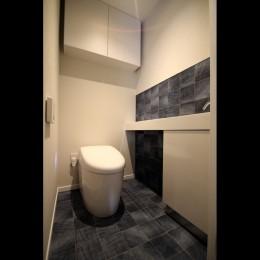 窓からの明るい光がLDKに差し込む綺麗めな空間に (トイレ)