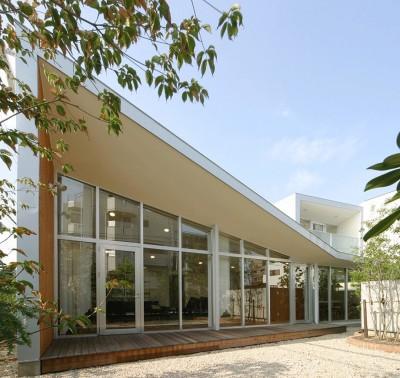 庭からの外観 (ねじれ屋根の家 - 弧を描く勾配天井 -)