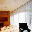 ねじれ屋根の家 - 弧を描く勾配天井 -の写真 勾配天井のリビング