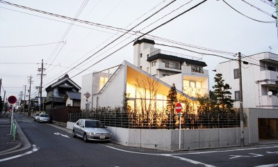 夕景|ねじれ屋根の家 - 弧を描く勾配天井 -