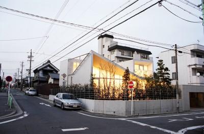 夕景 (ねじれ屋根の家 - 弧を描く勾配天井 -)