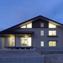 「ひかりヶ丘の家」~借景を楽しむ和モダンなスキップフロアーの家 (南側の道路から見た夕景です。)