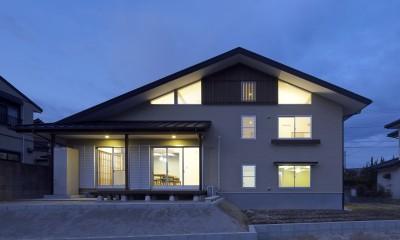 南側の道路から見た夕景です。|「ひかりヶ丘の家」~借景を楽しむ和モダンなスキップフロアーの家