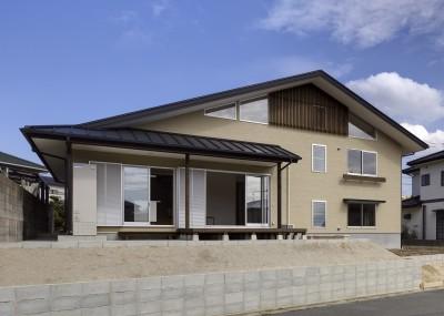 「ひかりヶ丘の家」~借景を楽しむ和モダンなスキップフロアーの家 (南側の道路から見た昼景です。)