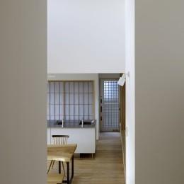 「ひかりヶ丘の家」~借景を楽しむ和モダンなスキップフロアーの家 (スキップフロアーの2階からDK を見る)