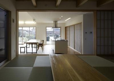 「ひかりヶ丘の家」~借景を楽しむ和モダンなスキップフロアーの家 (小上りになった和室からDKを見る。シンクの背面の障子の中には食器棚と冷蔵庫を収納してます。)