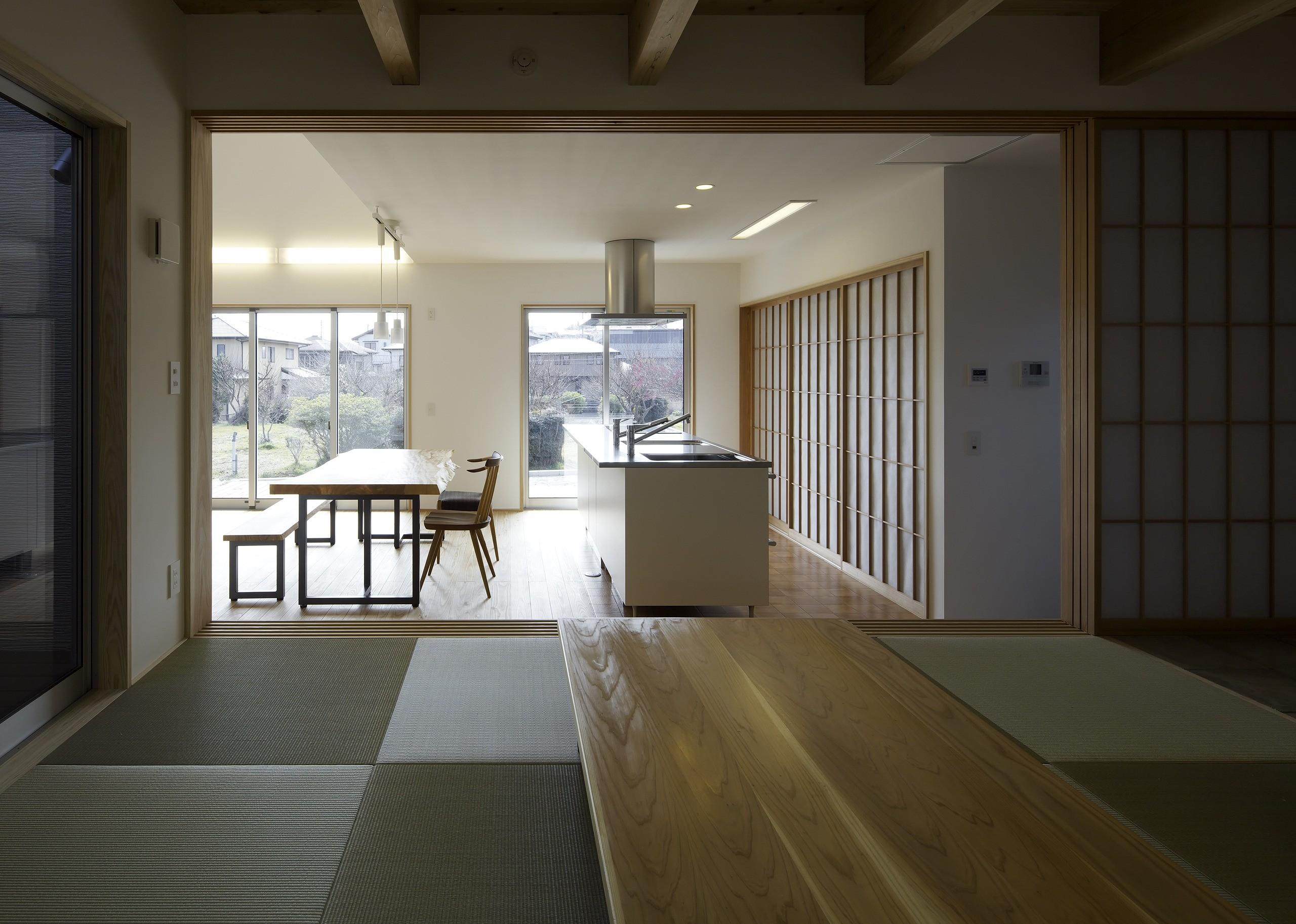 キッチン事例:小上りになった和室からDKを見る。シンクの背面の障子の中には食器棚と冷蔵庫を収納してます。(「ひかりヶ丘の家」~借景を楽しむ和モダンなスキップフロアーの家)