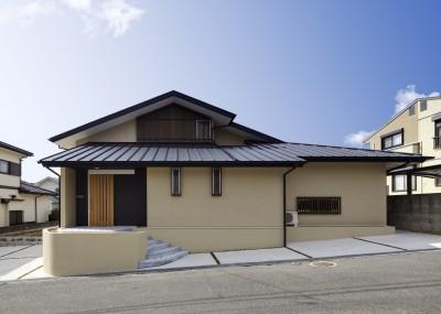 「ひかりヶ丘の家」~借景を楽しむ和モダンなスキップフロアーの家 (北側の道路から見た昼景)