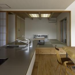 「ひかりヶ丘の家」~借景を楽しむ和モダンなスキップフロアーの家 (DKから小上りの和室を見る。小上り部分には引出を設けて収納に、引出しの面板は一枚板を加工して造りました。木目が通って綺麗です。)