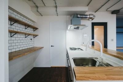キッチン (白と茶色のコントラスト)
