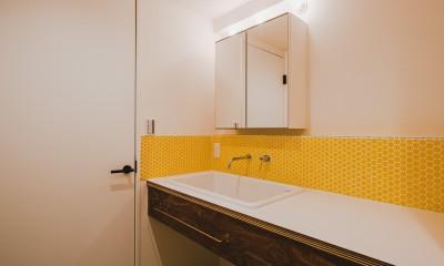 白と茶色のコントラスト (洗面室)
