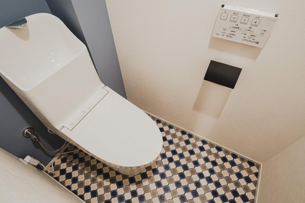白と茶色のコントラスト (トイレ)