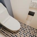 白と茶色のコントラストの写真 トイレ