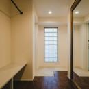 白と茶色のコントラストの写真 玄関