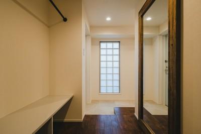 玄関 (白と茶色のコントラスト)
