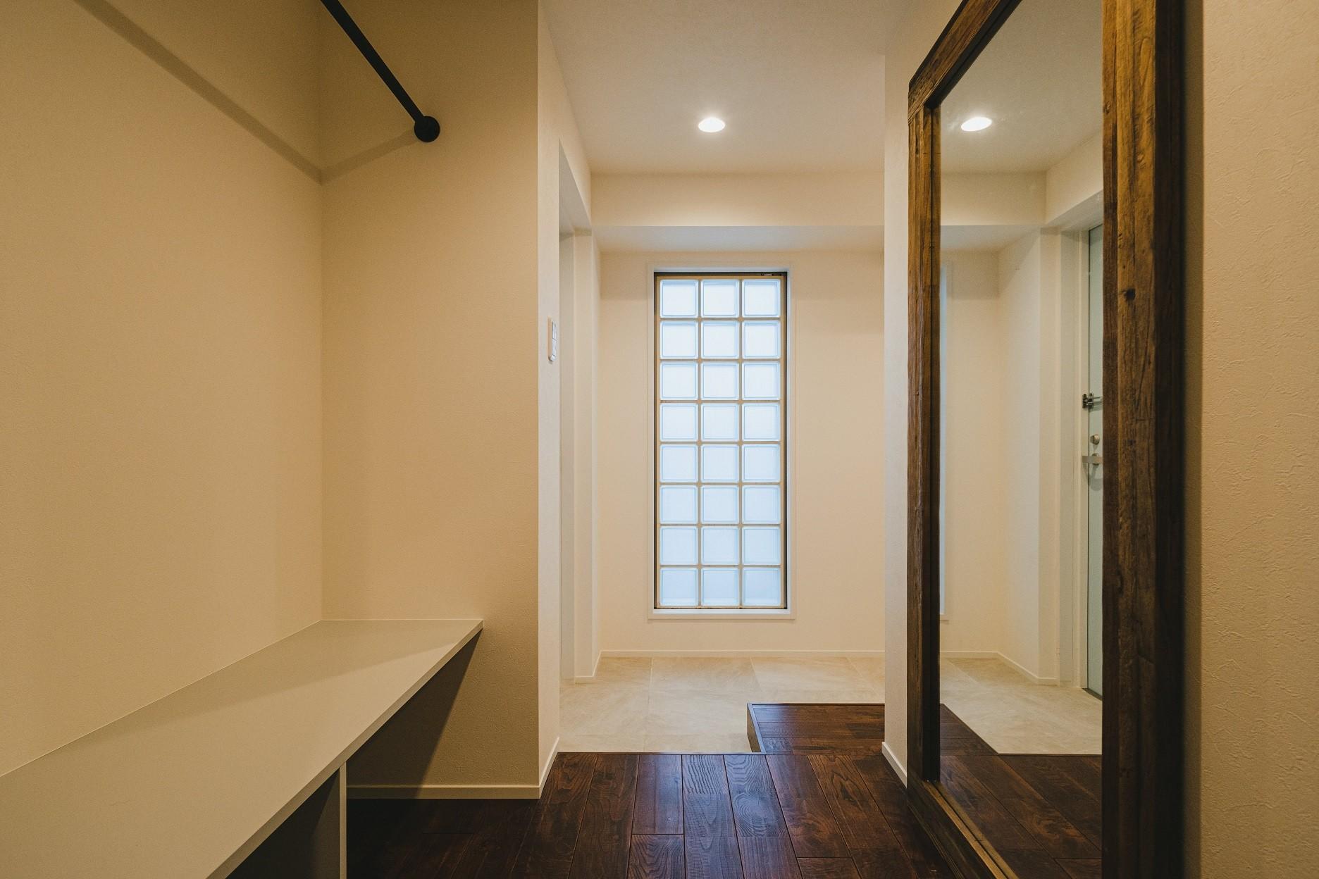 玄関事例:玄関(白と茶色のコントラスト)