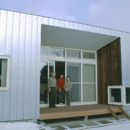 3断面の家 - 寒冷地のコンパクト住居 (庭に開かれた中央のテラス)