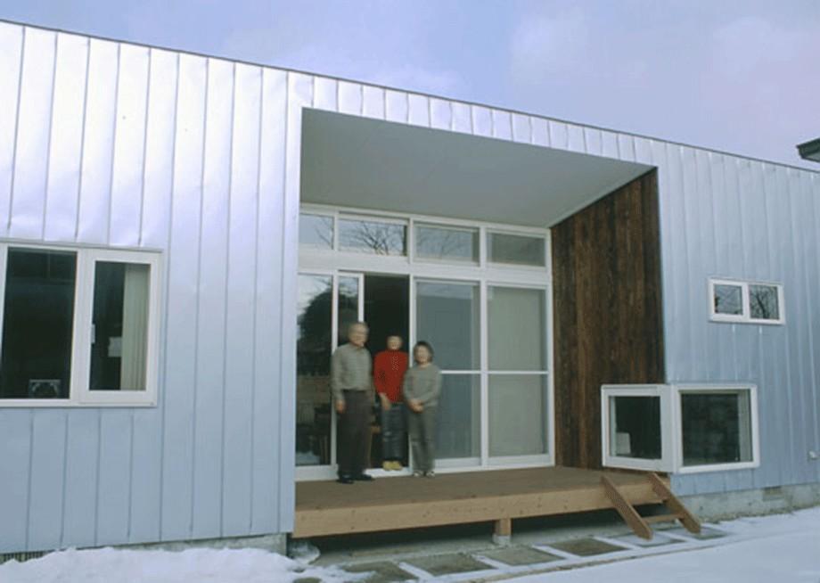 庭に開かれた中央のテラス (3断面の家 - 寒冷地のコンパクト住居)