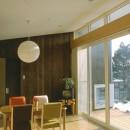 3断面の家 - 寒冷地のコンパクト住居の写真 テラス越しに庭へとつながるダイニング