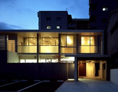住吉町歯科+住宅 診察室から見る中庭+専用住宅 (住吉町歯科+住宅)
