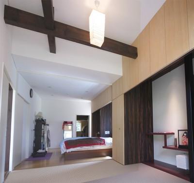 リノベーション後の寝室と和室 (3断面の家 - 寒冷地のコンパクト住居)