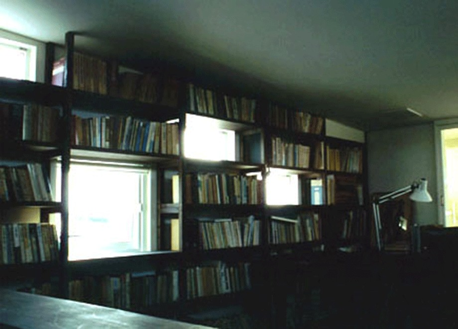 書斎事例:本棚に組み込まれたランダム窓(3断面の家 - 寒冷地のコンパクト住居)