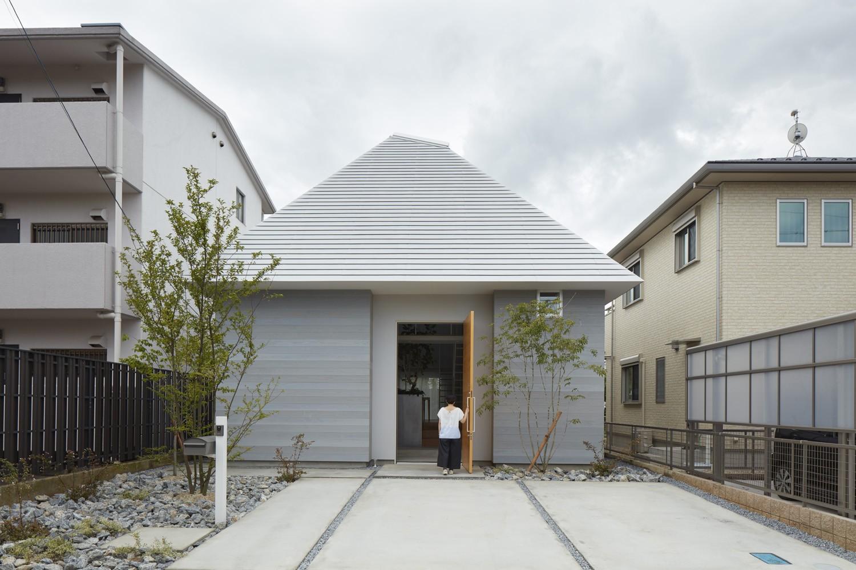 外観事例:外観(岩倉の家 / 閉じて開放感を得るトップライトハウス)