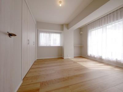 洋室1 (収納充実のナチュラル空間)