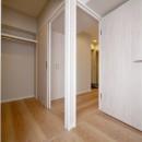 収納充実のナチュラル空間の写真 ウォークスルークローゼット