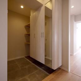 収納充実のナチュラル空間 (玄関)