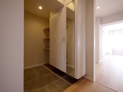 玄関 (収納充実のナチュラル空間)