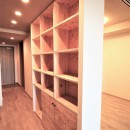 無垢の床とモールテックス仕上げの部屋の写真 ラーチ合板の収納棚
