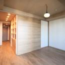 無垢の床とモールテックス仕上げの部屋の写真 スライドドアで部屋を分ける