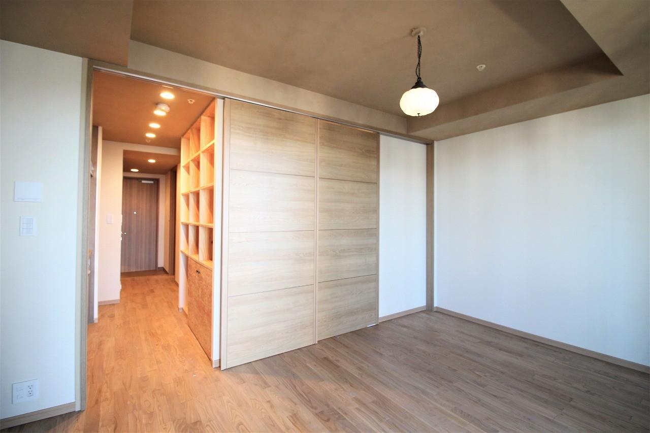 ベッドルーム事例:スライドドアで部屋を分ける(無垢の床とモールテックス仕上げの部屋)
