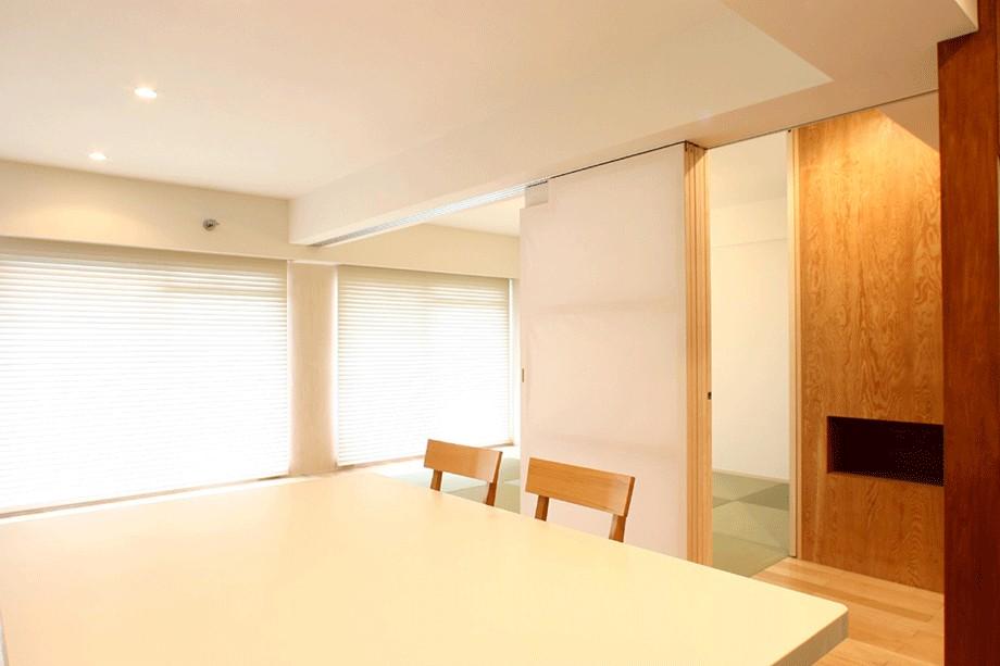 リビングダイニング事例:白い造作テーブルと可動間仕切り(Mリノベーション - 合板で緩やかに切り分ける)