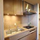 無垢の床とモールテックス仕上げの部屋の写真 モールテックス仕上げのキッチン