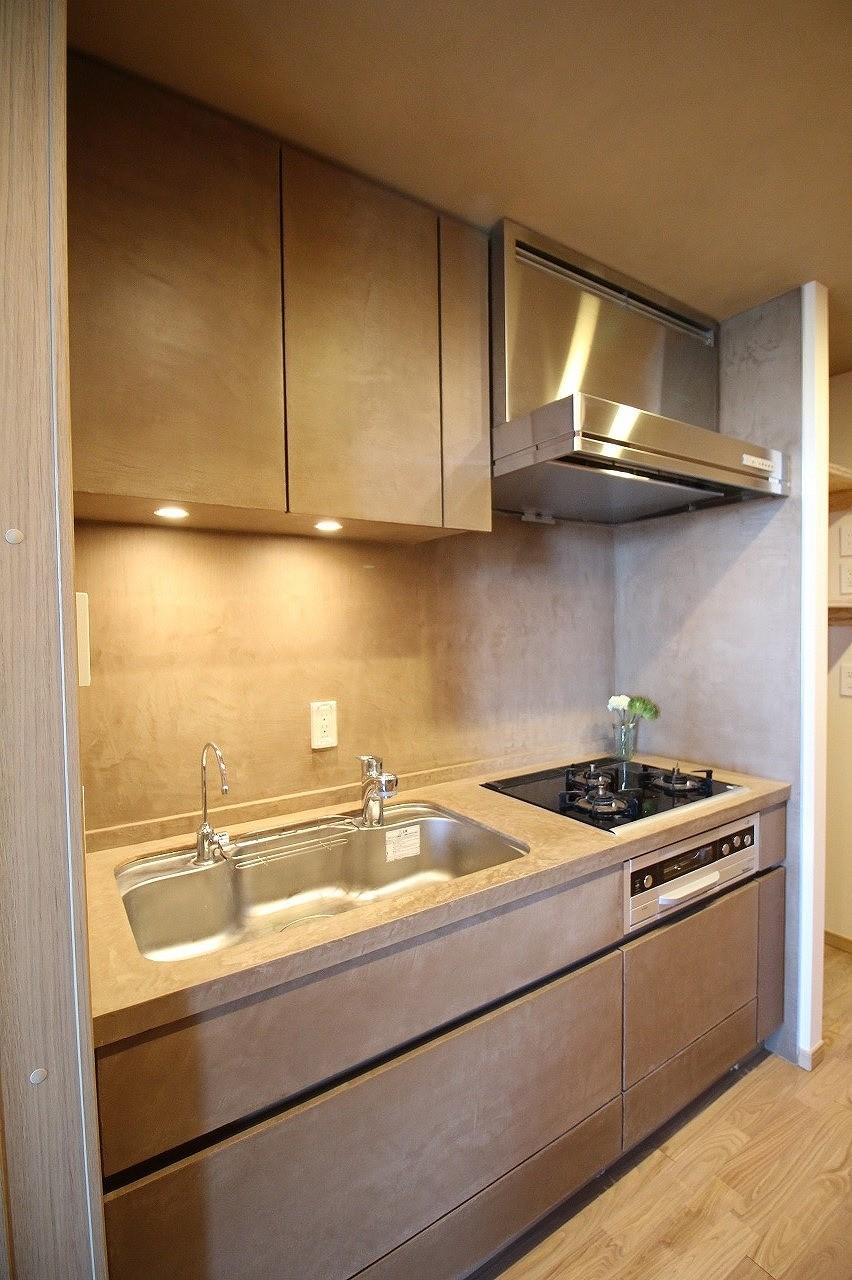 無垢の床とモールテックス仕上げの部屋 (モールテックス仕上げのキッチン)