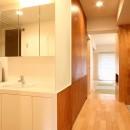 Mリノベーション - 合板で緩やかに切り分けるの写真 磨りガラスで仕切られたオープンな洗面室