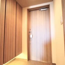 無垢の床とモールテックス仕上げの部屋 (玄関ドアとシューズボックスの扉を同じ柄に)