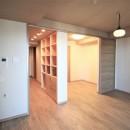 無垢の床とモールテックス仕上げの部屋の写真 無垢のフローリングの床