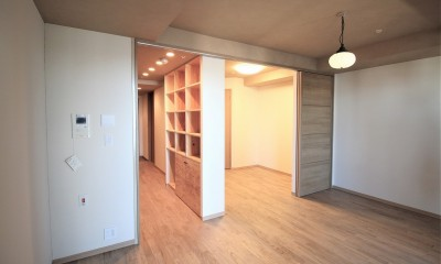 無垢のフローリングの床|無垢の床とモールテックス仕上げの部屋