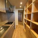 無垢の床とモールテックス仕上げの部屋の写真 キッチンと収納棚