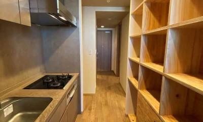 キッチンと収納棚|無垢の床とモールテックス仕上げの部屋