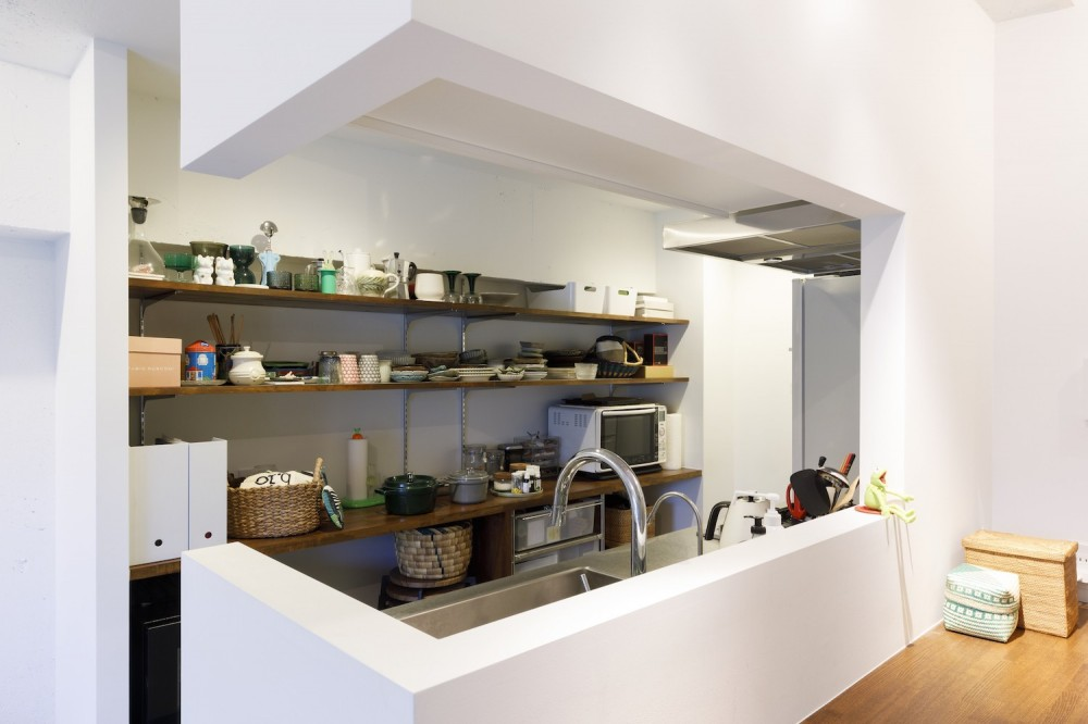 I邸-コンパクトな間取りでも収納はたっぷり。私らしい一人暮らしの住まい (キッチン)