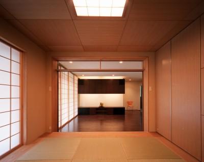 和室からリビングダイニングを望む (【フラッツS - 親の家】 都心の山岳都市住宅)