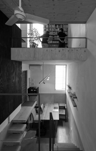 1階 (CmSoHo スキップフロアを用い、小さな土地に伸びやかな広がりのある空間を形成)