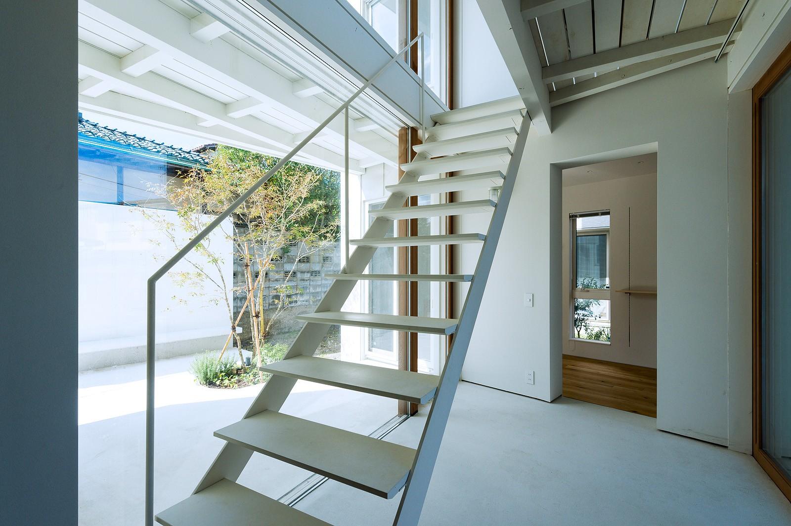 リビングダイニング事例:土間・階段(su house)