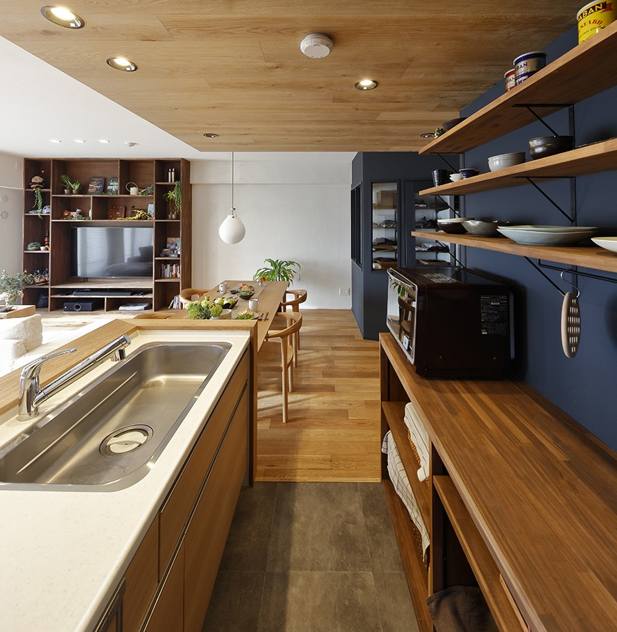 キッチン事例:ウッディな下がり天井が山小屋の雰囲気を演出(ヒュッテ(山小屋)のような北欧テイストの住まい)