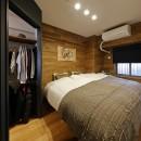 ヒュッテ(山小屋)のような北欧テイストの住まいの写真 重厚感のある風合いに仕上げたベッドルーム